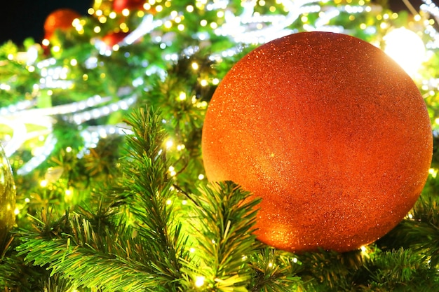装飾、赤いボールと照明のクリスマスのモミの木。 Premium写真