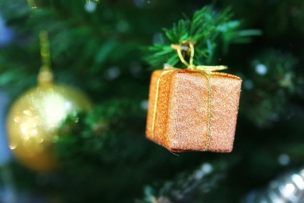 装飾、古いバラのギフトボックスとクリスマスのモミの木。セレクティブフォーカス Premium写真