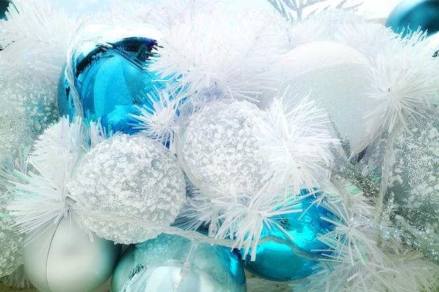 装飾、照明と白と青のボールとクリスマスのモミの木。 Premium写真