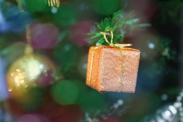 クリスマスのモミの木の装飾、ボケ味を持つ古いバラギフトボックス。 Premium写真