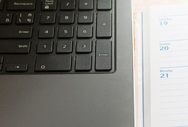 ノートパソコンの整形とノートの整理 Premium写真