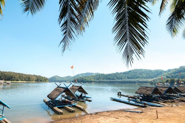 夏の湖に浮かぶ竹いかだ Premium写真