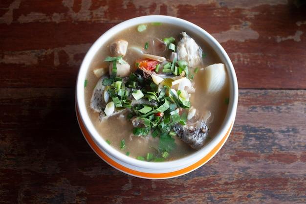レモングラスとライム風味のスパイシーな魚のスープ Premium写真