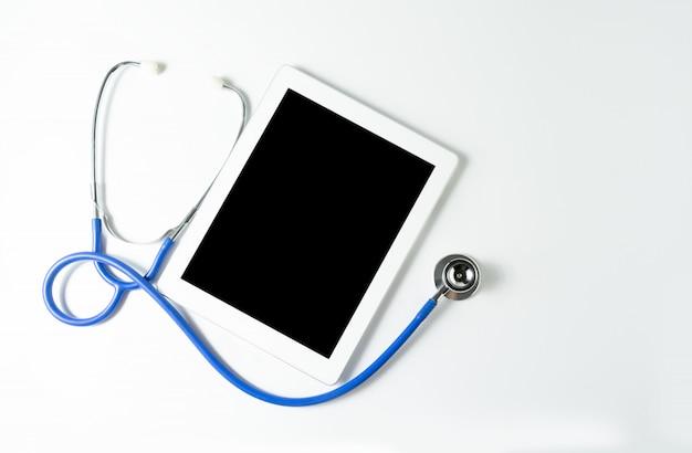 Стетоскоп и планшет на белом фоне, скопируйте место для вашего текста Premium Фотографии