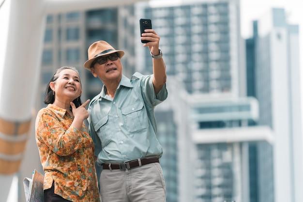 Азиатская пара старших туристов, посещающих столицу Premium Фотографии