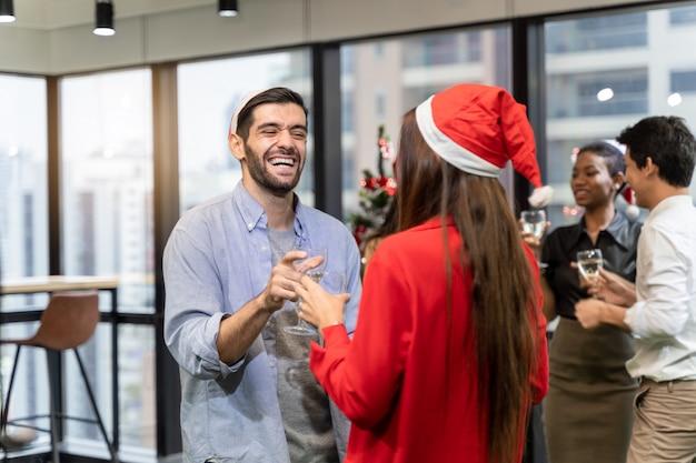 オフィスのクリスマスパーティー。メリークリスマス、そしてハッピーニューイヤー Premium写真