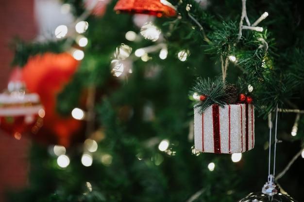 幸せな新年、装飾品、クリスマスツリー、ギフトボックス、ぼやけた、ソフトフォーカス Premium写真