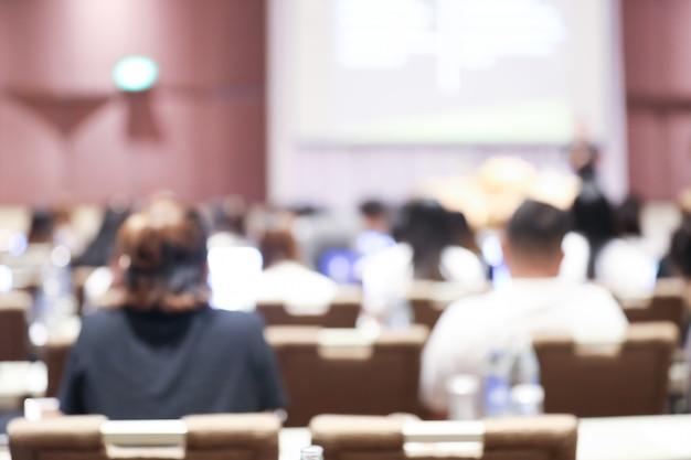 Аннотация размыто сотрудников семинара, встреча в конференц-зале Premium Фотографии