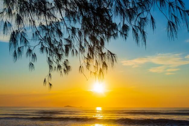 ビーチでの日の出の風景 Premium写真
