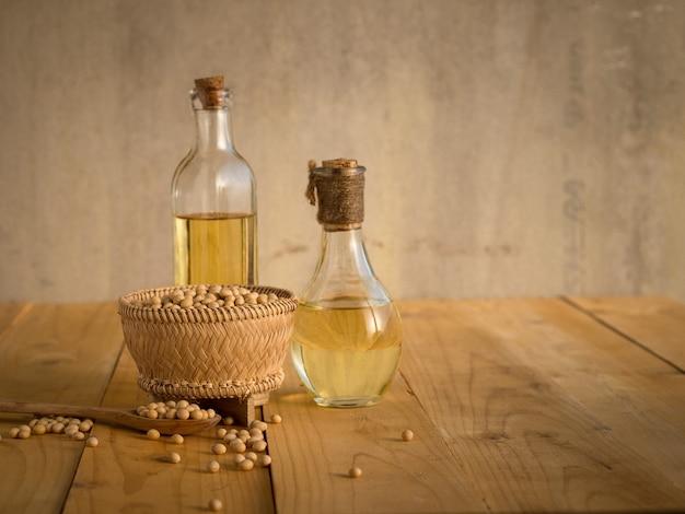 大豆と大豆油の木製テーブル Premium写真