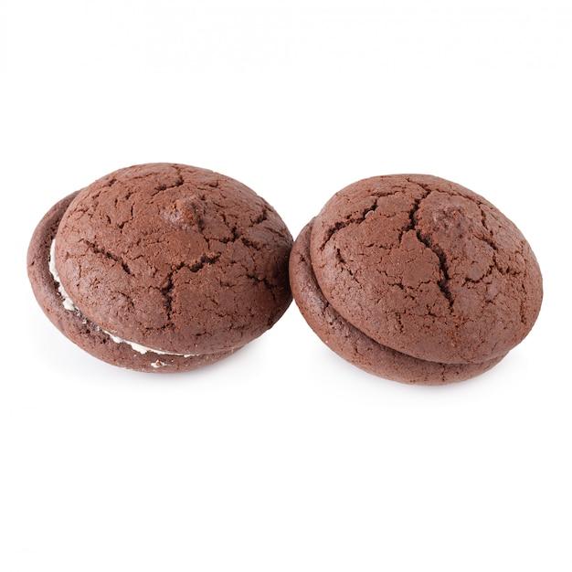 サンドイッチチョコレートクッキーと白い背景で隔離された白い皿の上のクリーム Premium写真