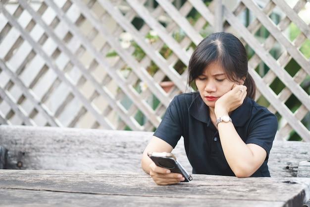 電話で深刻な表現をしているアジアの女性 Premium写真