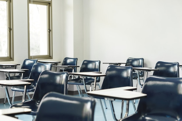 大学の講義の椅子とテーブル Premium写真