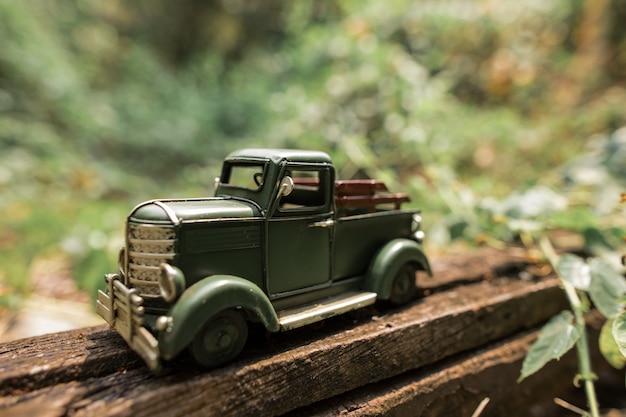一方で緑のおもちゃのピックアップトラック Premium写真