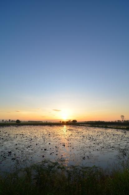 美しい空が湖、タイにある日没 Premium写真