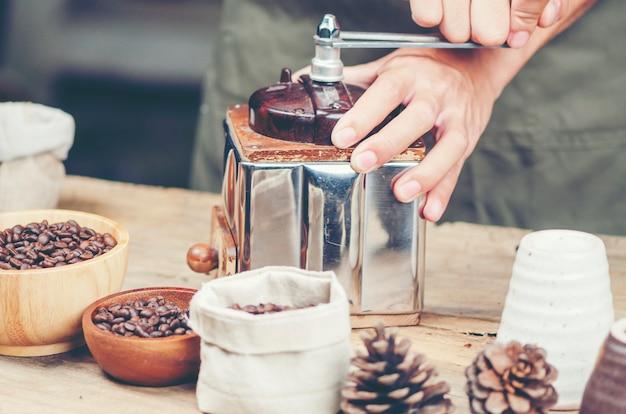 コーヒーを落とすフィルタープロセス、ヴィンテージフィルターイメージ Premium写真