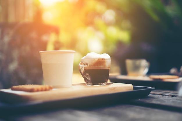 カフェでコーヒーをドリップ、ビンテージフィルター画像 Premium写真