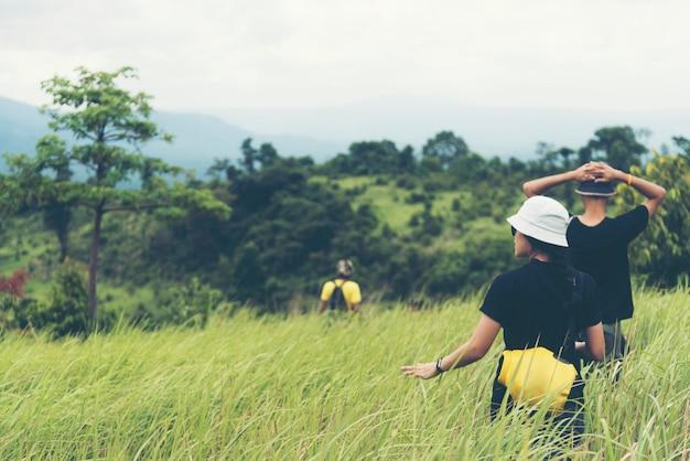 アジアの女性が生態系の植林をしている、タイの国立公園 Premium写真