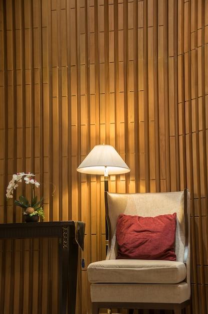 夜間照明付きのホテルのゲストラウンジにある豪華なソファ。 Premium写真
