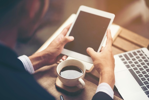 タブレット、オンラインビジネスで働くビジネスマン Premium写真