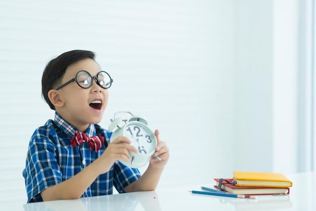 男の子と時計と教育機器 Premium写真
