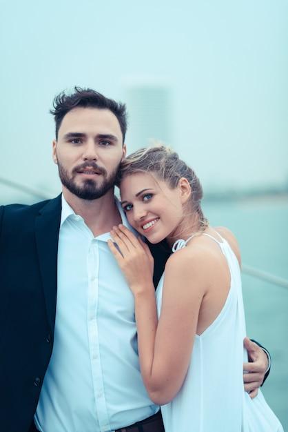 休暇中にヨットの上を受け入れる若い美しい夫婦 Premium写真