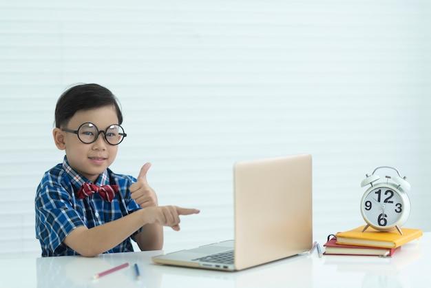 教室、教育の概念の男の子の肖像画 Premium写真