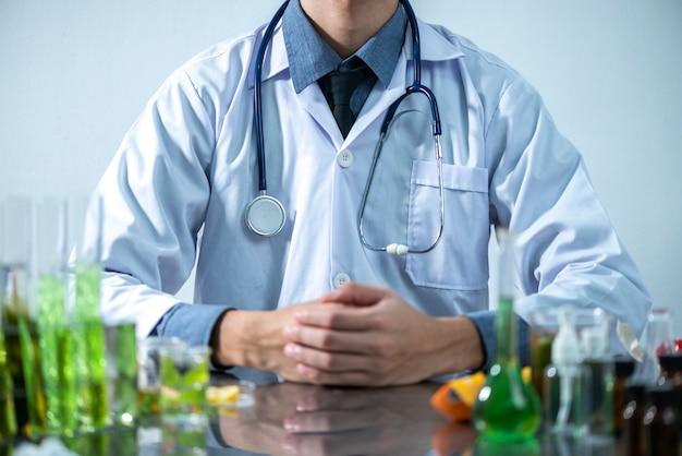 Ученый тестирует экстракт натурального продукта, масло и раствор биотоплива в химической лаборатории. Premium Фотографии