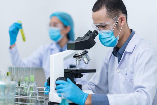 科学者、医者、代替の薬草を作る Premium写真