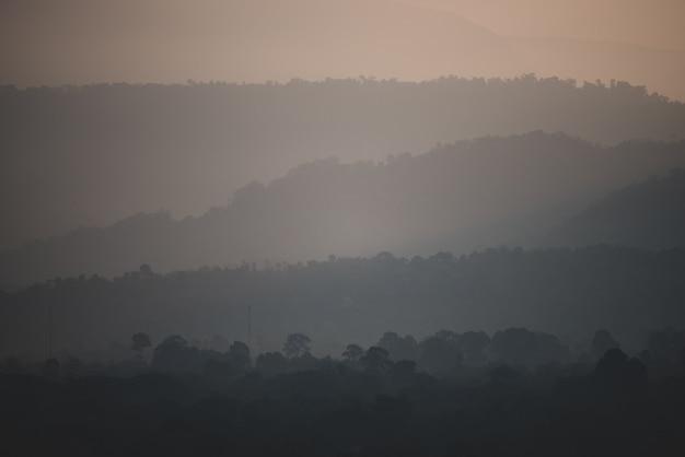 山層日没、熱帯林の風景、カオヤイ国立公園 Premium写真