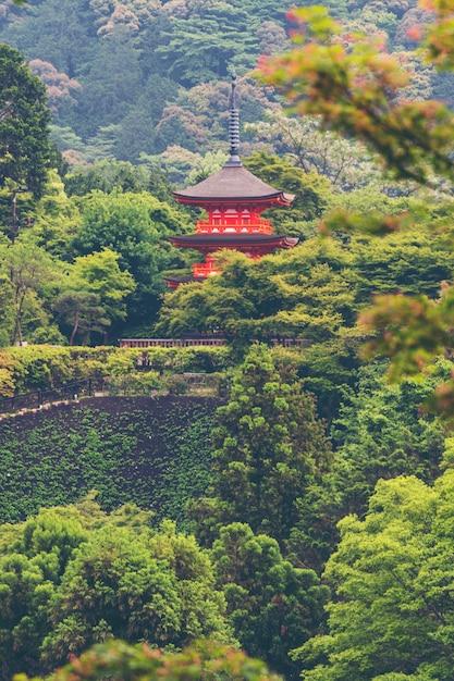 日本の古い赤い寺院 Premium写真