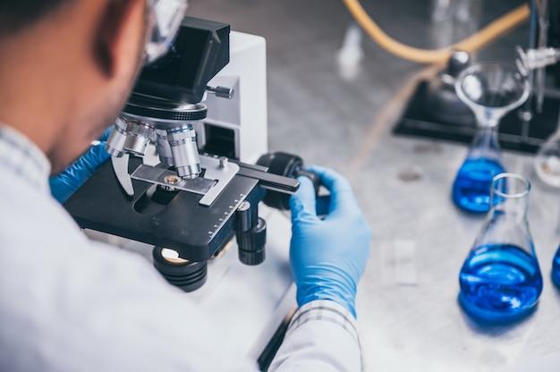 現代の研究室では、科学者が化合物を合成して実験を行っています Premium写真