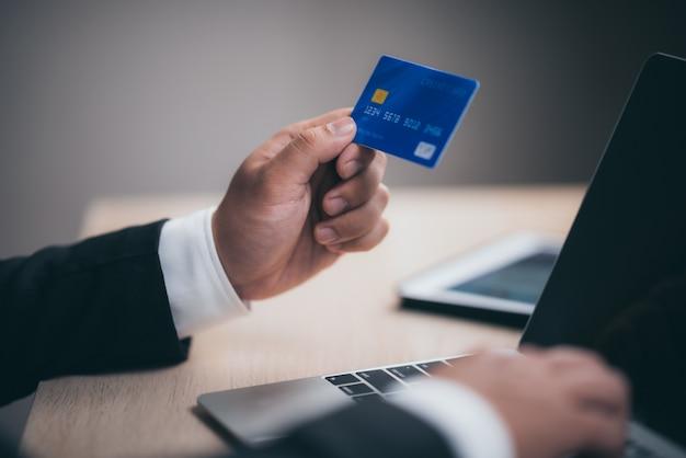 ビジネスの人々は、クレジットカードを使用して、職場で金融取引を行います Premium写真
