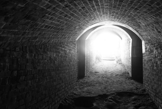 トンネルの終わりに光 Premium写真
