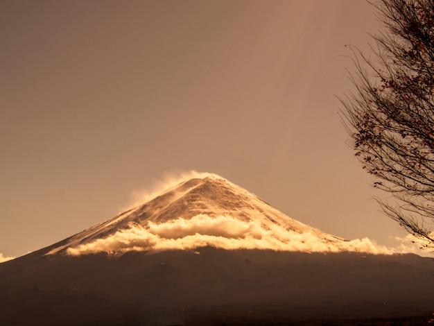 河口湖、秋の空に富士山 Premium写真