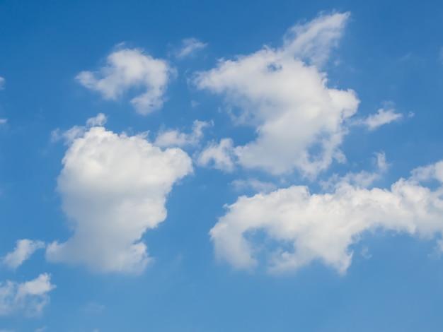 晴れた日の雲と青い空 Premium写真