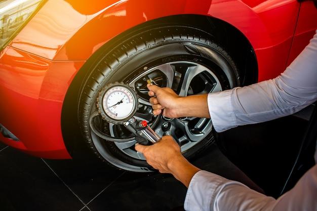 アジア人男性車検対策量膨らんだゴムタイヤ Premium写真