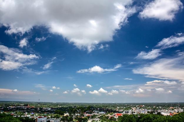 青い空と白い雲を見下ろす山の高台からの眺め Premium写真
