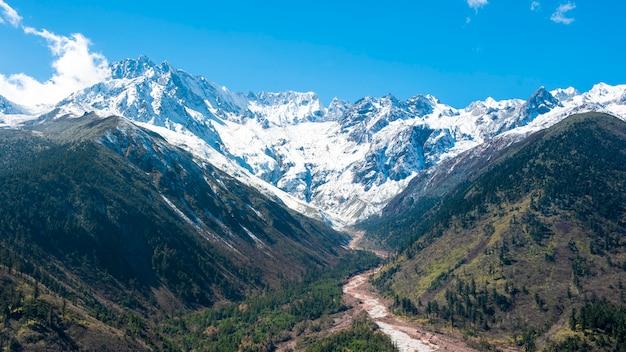 Снежная гора голубое небо Premium Фотографии