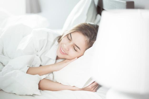 ベッドで寝ている美しい女性 Premium写真
