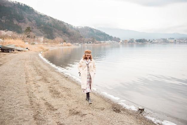 Красивая женщина в озере кавагутико, япония Premium Фотографии