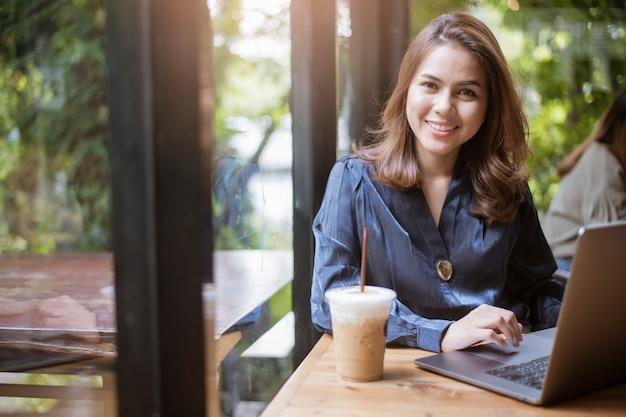 スマートビジネス女性はコンピューターで働いています。 Premium写真