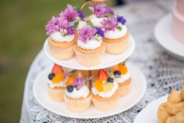 結婚式のパーティーで美しいカップケーキ Premium写真