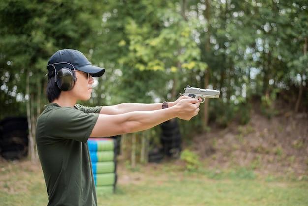 男が銃を練習しています Premium写真
