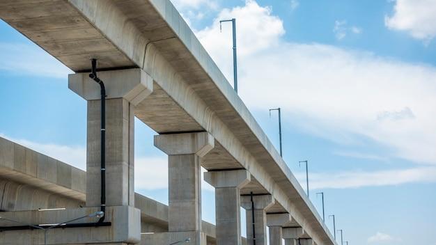 青い空と鉄道工事 Premium写真