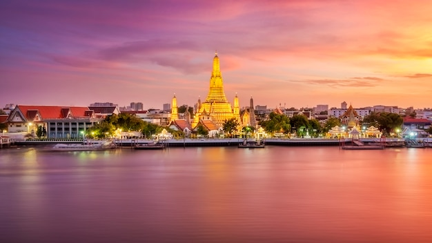 Прекрасный вид на храм ват арун в сумерках в бангкоке, таиланд Premium Фотографии
