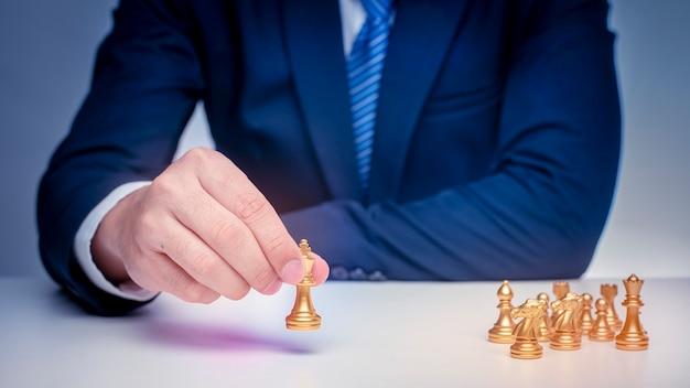 Деловой человек играет в шахматы, концепция стратегии управления бизнесом Premium Фотографии