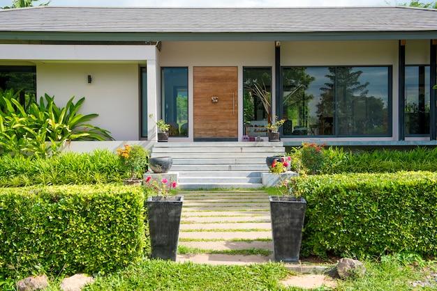 Красивый современный дом в окружении природы Premium Фотографии
