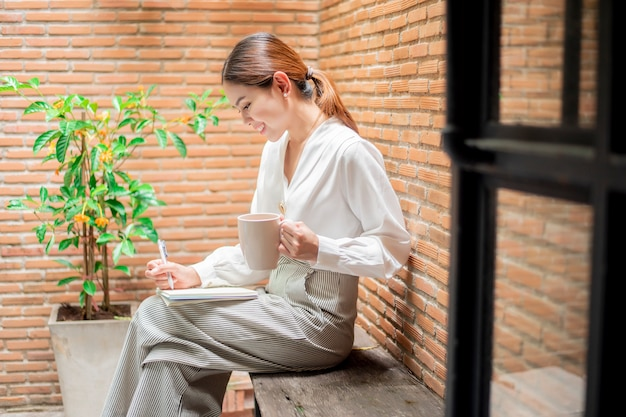 美しい女性は裏庭で働いています Premium写真