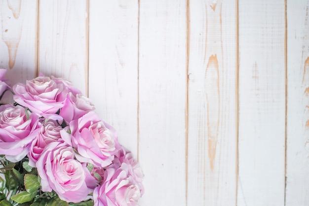 Вид сверху свадебных цветов на белом фоне дерева Premium Фотографии